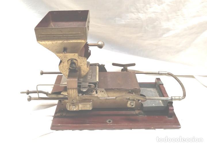 Coleccionismo: Victoria Maquina para liar Cigarros de Hnos Victorero Lastres Asturias 1er modelo base madera - Foto 3 - 150277522