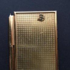 Coleccionismo: ANTIGUA Y PEQUEÑA AGENDA TELEFÓNICA DE PLANCHA METÁLICA DORADA, CON BOLIGRAFO. Lote 151948942