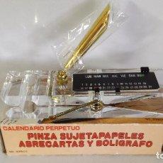 Coleccionismo: PINZA DE METACRILATO SUJETAPAPELES CON CALENDARIO PERPETUO. Lote 154646158