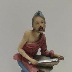 Coleccionismo: FIGURA DE RESINA: HOMBRE CON ESPADA APOYADA SOBRE UNA ROCA. Lote 156174781