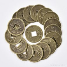 Coleccionismo: MONEDAS FENG SHUI CHINAS. LOTE DE 100 MONEDAS METÁLICAS DE LA FORTUNA. NUEVAS EN SU BOLSA.. Lote 156682214