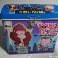 Coleccionismo: ANTIGUA CAJA METÁLICA BOOMAN & KING KONG, 1997, 12X10CM. Lote 157014570