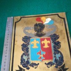 Coleccionismo: PLACA DE LATON CON ESCUDO Y APELLIDO. Lote 160819377