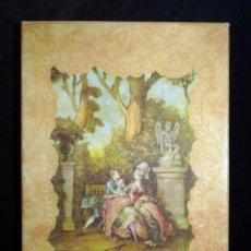 Coleccionismo: ANTIGUA Y BONITA CAJA DE CARTÓN LITOGRAFIADA CON ESCENA GALANTE , 25,5X17,5X3,5 CM. AÑOS 60. Lote 161330462