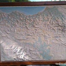 Coleccionismo: MAPA EN RELIEVE DE EUSKAL HERRIA CON MARCO DE MADERA 92 * 74 CM. Lote 166535754