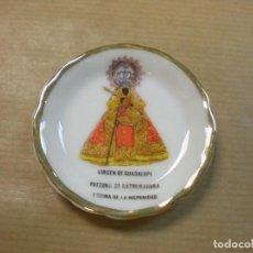 Colecionismo: PLATILLO CERAMICA VIRGEN DE GUADALUPE PATRONA EXTREMADURA D5,5CM. Lote 171433810
