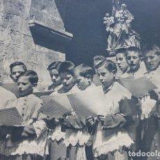 Coleccionismo: RONCESVALLES NAVARRA NIÑOS DE LA ESCOLANIA ANTIGUA LAMINA HUECOGRABADO AÑOS 40. Lote 175058954