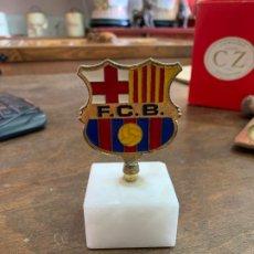 Coleccionismo: ESCUDO FUTBOL CLUB BARCELONA METAL - TROFEO CON PEANA DE MARMOL. Lote 176887433