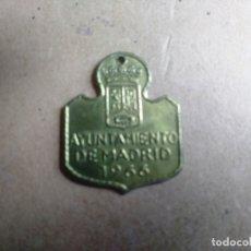 Coleccionismo: CHAPA O PLACA VACUNACION DE PERROS AYUNTAMIENTO DE MADRID AÑO 1966. Lote 178656631