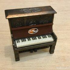 Coleccionismo: SACAPUNTAS PIANO. PLASME. AÑOS 70/80. Lote 180161667