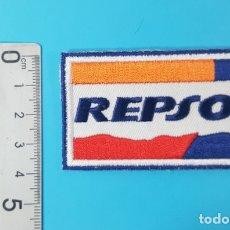 Colecionismo: PARCHE DE TELA BORDADO REPSOL AUTOADHESIVO 4 X 7 CM. Lote 181938607