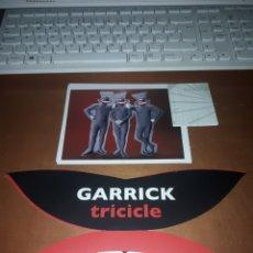 Coleccionismo: LOTE DE GARRICK. TRICICLE. CON FOLLETO, 2 FOTOS Y 2 ENTRADAS DE 2011 TEATRO CERVANTES DE MALAGA. Lote 183174248