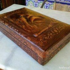 Coleccionismo: CAJA TABAQUERA DE MADERA FORRADA DE PIEL REPUJADA. Lote 184304605