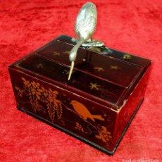 Coleccionismo: CAJA DISPENSADORA DE CIGARRILLOS. METAL. MADERA LACADA. CHINA. SIGLOS XIX-XX. Lote 193086555
