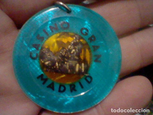 Coleccionismo: GRAN CASINO MADRID FICHA 5000 PTS HECHA LLAVERO TRASLUCIDO 5 CMS APROX - Foto 4 - 194082776