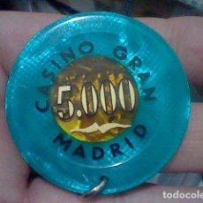 Coleccionismo: GRAN CASINO MADRID FICHA 5000 PTS HECHA LLAVERO TRASLUCIDO 5 CMS APROX. Lote 194082776
