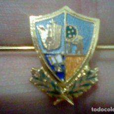 Coleccionismo: BROCHE ESCUDO COLEGIO MADRID SOBRE LAUREL METAL DORADO ESMALTADO . Lote 194860581