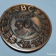 Coleccionismo: MEDALLA CONMEMORATIVA 50 AÑOS ABC SEVILLA. Lote 194875340