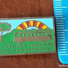 Coleccionismo: INSIGNIA EXCURSIONS FAMILIARS PRO FINS BENEFICS. Lote 195196705