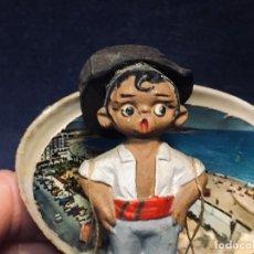 Coleccionismo: SIMPATICO CENACHERO FISHMONGER RECUERDO ALBOROX FIGURA BARRO PINTADO AÑOS 60 CONCHAS 10X6CMS. Lote 195386277