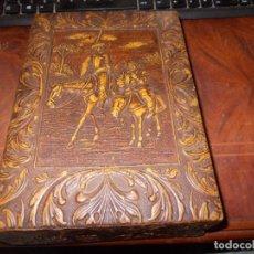 Coleccionismo: TABAQUERA PURERA DE MADERA CON CUERO REPUJADO, DON QUIJOTE Y SANCHO. FORMA LIBRO, DEFECTOSLOS GASTOS. Lote 195500506