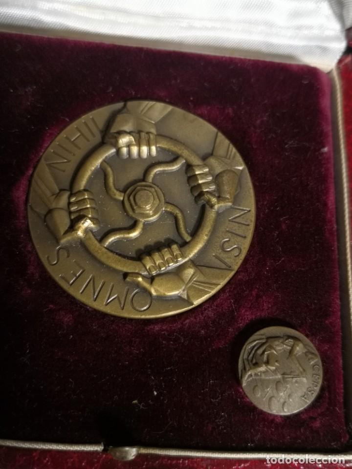 Coleccionismo: SET DE MEDALLA Y PIN en bronce CEPSA CON ESTUCHE. CONMEMORATIVO DE LA Petrol más RELO COMPAÑIA CEPSA - Foto 2 - 195955676