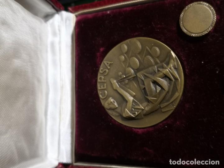 Coleccionismo: SET DE MEDALLA Y PIN en bronce CEPSA CON ESTUCHE. CONMEMORATIVO DE LA Petrol más RELO COMPAÑIA CEPSA - Foto 6 - 195955676