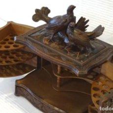 Coleccionismo: PURERA TABAQUERA,SIGLO XIX, MADERA TALLADA.PIEZA FIRMADA. Lote 174627560