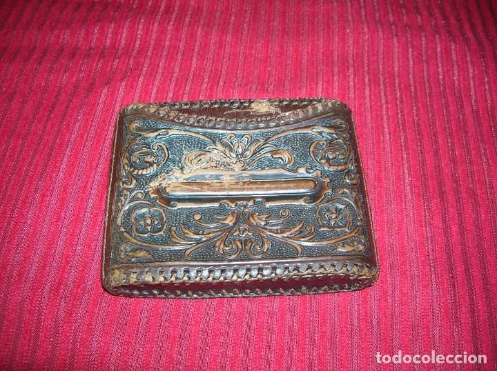 Coleccionismo: Cartera para tabaco en cuero repujado con don Quijote y Sancho Panza.Antigua. - Foto 2 - 198122620