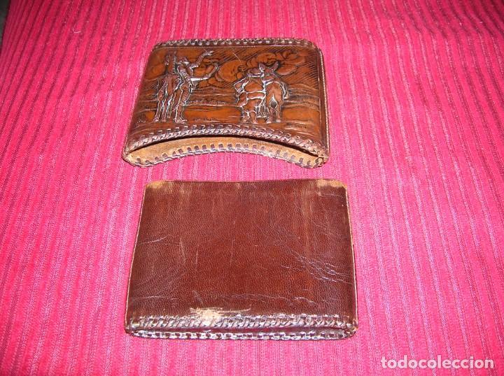 Coleccionismo: Cartera para tabaco en cuero repujado con don Quijote y Sancho Panza.Antigua. - Foto 3 - 198122620