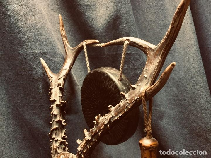 Coleccionismo: antiguo gong de mesa base jacaranda bambu semilla ojos vidrio asta ciervo pajaro 45x28x25cms - Foto 9 - 202579898