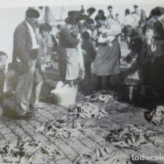 Coleccionismo: BAYONA PONTEVEDRA MERCADO DE PESCADO BAILANDO LA MUÑEIRA ANTIGUA LAMINA HUECOGRABADO AÑOS 20. Lote 203945573