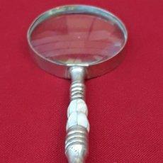Coleccionismo: LUPA GRANDE EN METAL PLATEADO Y NACAR -. Lote 206335240