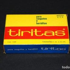 Coleccionismo: CAJA DE TIRITAS - PARA RASGUÑOS Y HERIDITAS - '80S. - 1M X 6CM - MERCUROCROM TEJIDO - CONTIENE 92 CM. Lote 208762685