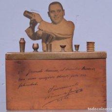 Coleccionismo: CURIOSA CIGARRERA OCULTA EN FIGURA DE BARMAN. AÑOS 1940. Lote 213377112