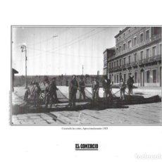 Coleccionismo: GIJÓN: LÁMINA DE PESCADORES COSIENDO REDES EN EL MUELLE DE ORIENTE. 1925. Lote 214540245