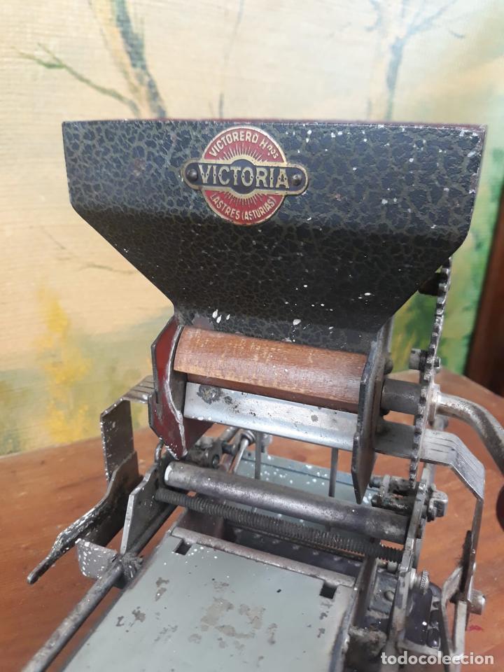 Coleccionismo: Maquina de liar cigarrillos tabaco VICTORIA - Foto 2 - 215938265