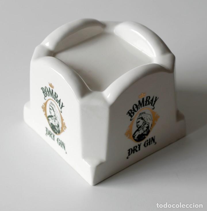 Coleccionismo: Pedestal de cerámica para botella, publicidad Bombay Dry Gin Hueco, mide 10,5 cm de alto y 12,5x12,5 - Foto 3 - 218398867