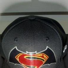 Coleccionismo: GORRA NEW ERA SUPERMAN BATMAN TIPO BEÍSBOL NUEVA. Lote 218910596