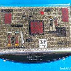 Coleccionismo: PITILLERA CIGARRERA CON MOTIVOS EGIPCIOS PUBLICIDAD FRIO FROST. Lote 224463226