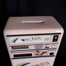 Coleccionismo: HUCHA DE CERÁMICA. TOPETARJETA. CAJA DE AHORROS MUNICIPAL DE PAMPLONA. TOPELIBRETA. AÑOS 80. Lote 225087211