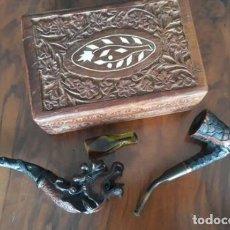 Coleccionismo: CAJA COFRE ASIA CON PIPAS DE FUMAR..MADERA DECORADA Y TALLADA. Lote 234686085