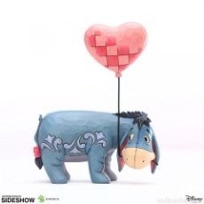 Coleccionismo: DISNEY ESTATUA EEYORE WITH A HEART BALLOON (WINNIE THE POOH) 20 CM. Lote 235238020
