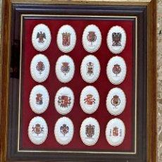 Colecionismo: ENMARCACIÓN DE COLECCIÓN DE 16 PLATOS DE CERÁMICA CON ESCUDOS REALES HISTORIA DE ESPAÑA.. Lote 235952940