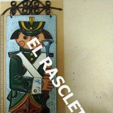 Coleccionismo: BONITO CUADRO SOBRE PLACA DE COBRE CON LA FIGURA DE UN SOLDADO ESMALTADO. Lote 236611565