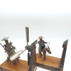 Coleccionismo: SOPORTE LIBROS DON QUIJOTE Y SANCHO PANZA ( MADERA Y METAL ). Lote 243596545