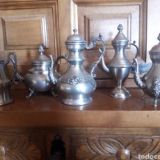 Coleccionismo: JUEGO DE 5 CAFETERAS EN MINIATURA DE ESTAÑO ART GALLERY. Lote 246879905