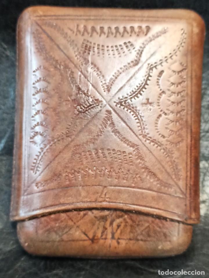 Coleccionismo: Purera- tabaquera en cuero repujado y paquete de tabaco antiguo.B2 - Foto 2 - 248944765