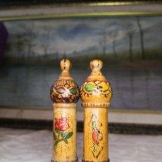 Coleccionismo: DOS ALFILETEROS - GUARDA AGUJAS DE MADERA PIROGRABADA - TAPON A ROSCA-. Lote 254744875