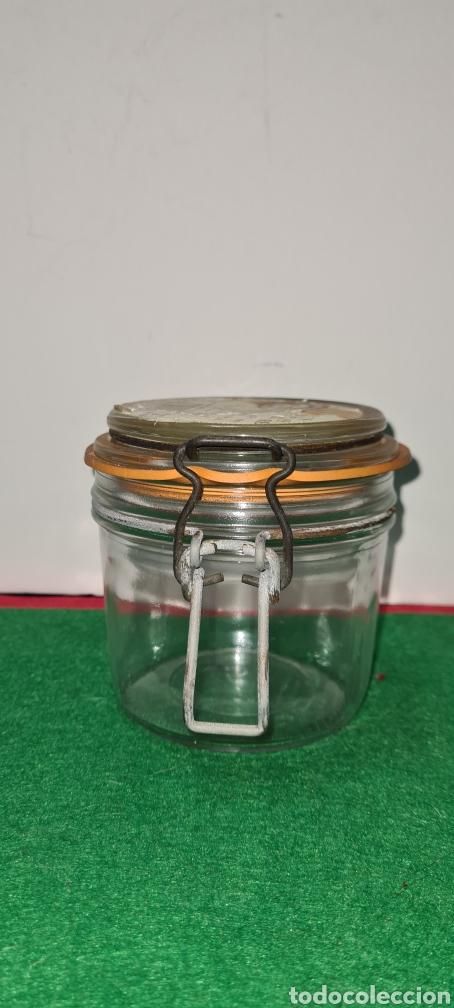 Coleccionismo: Bote de cristal vintage con etiqueta comercial en la parte superior. - Foto 2 - 262372250